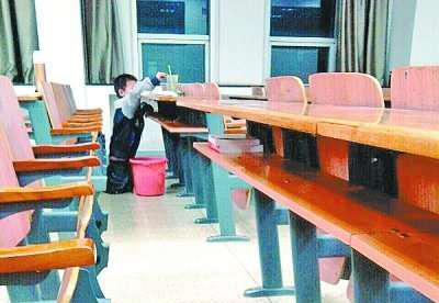 5岁男童提水桶踮脚打扫大学教室感动网友