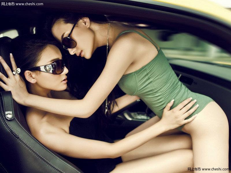 火辣性感姐妹花与豪车的亲密接触