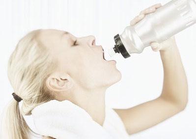 大汗淋漓时猛灌几口冰水 痛快之后却喘不上气来