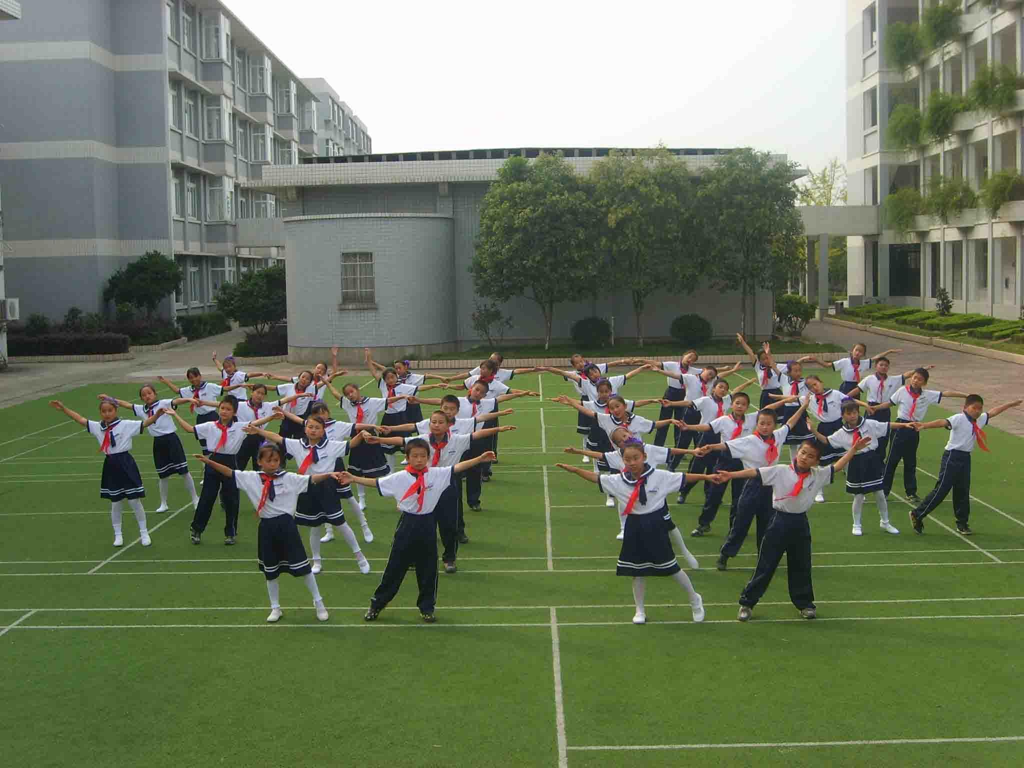 全国中小学校园集体舞推广受阻 家长:肢体接触致早恋