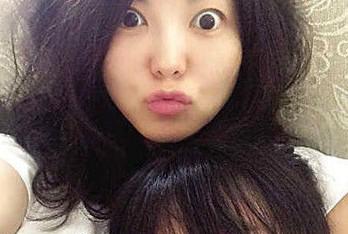 李湘晒与女儿自拍合照 两人嘟嘴瞪眼比可爱