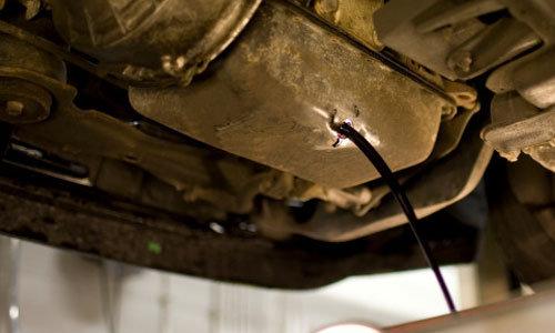 小螺母也有大作用 预防汽车漏油需拧紧