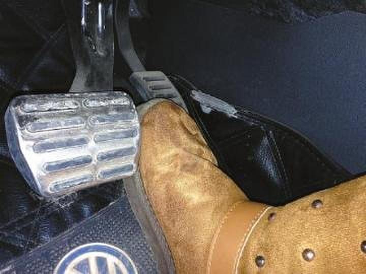 穿雪地靴开车易卡脚 车上应备双运动鞋