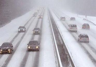 雪天高速行车陋习频现 事故后滞留路面普遍