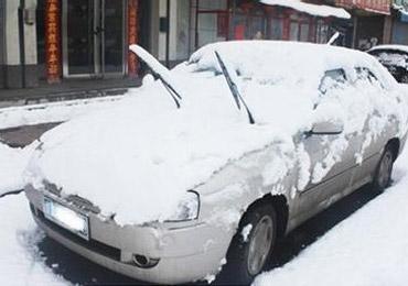 新一轮雨雪天来临 停车请抬起雨刮器