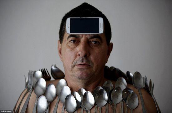 男子身体如磁铁 能吸附餐叉手机等多种物品