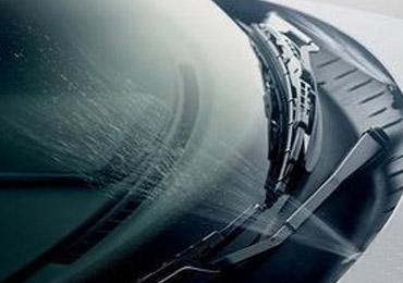 汽车雨刮器保养诀窍 先喷玻璃水避免干刮