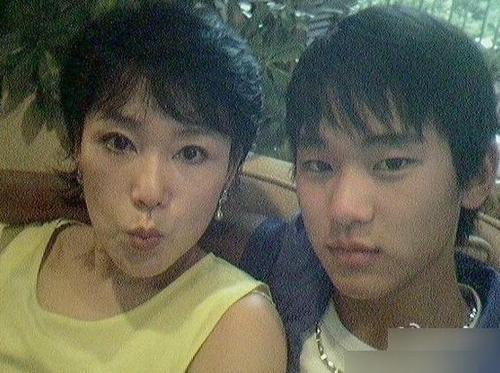 《星星》男主角金秀贤家庭首度曝光 母亲很美貌