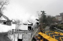 扬州大学生拍古城新老对比照