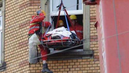 180公斤女子需就医 消防队封闭街道动用重型设备