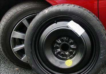 车辆换备胎十步骤详解 换胎后旋紧螺母