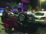 """""""牧马人""""连撞10车 司机甩出车外身亡"""