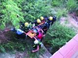 六旬老汉骑车冲入20米深崖坡
