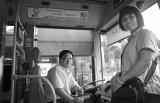 公交倒车百米救人 乘客主动帮忙