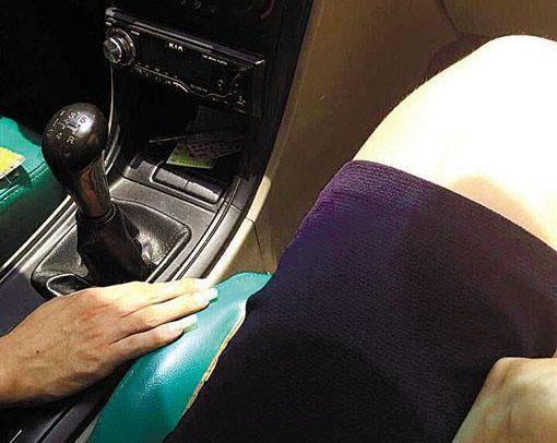广州的哥等红灯欲伸手摸女客大腿