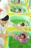 刚出生的婴儿渴望抚触,游泳可满足