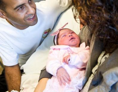 美国女子高速公路边产一女婴 其夫为其接生