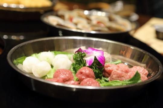白嫩柔滑的粥底火锅,让吃起来的每样食材都有点甜