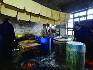 还敢吃吗:豆腐黑作坊污水横流