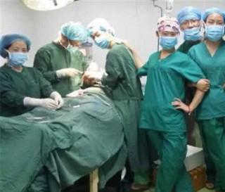 医生手术台自拍,三人被免职