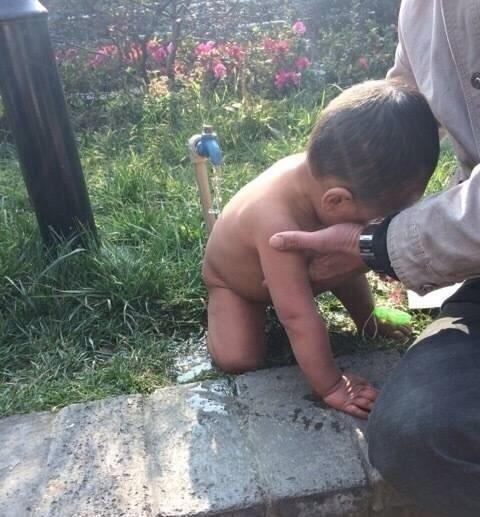 成都夫妻用冷水给1岁儿子洗澡