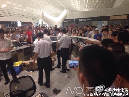 曝深圳宝安机场航班大面积延误 乘客打砸服务台