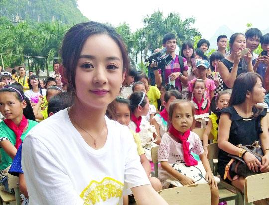 赵丽颖当助学天使 《花千骨》重返拍摄地传递爱心