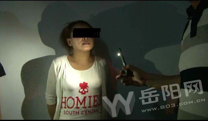 岳阳警方在火车站扫黄 现场抓捕站街女