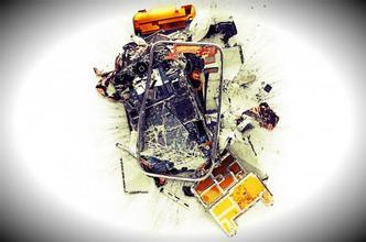 太原:18岁小伙半夜边充电边玩手机被电死