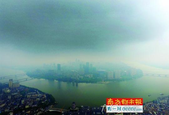 10日上午,受台风天气影响,惠州江北乌云密布,风雨欲来.南都记者