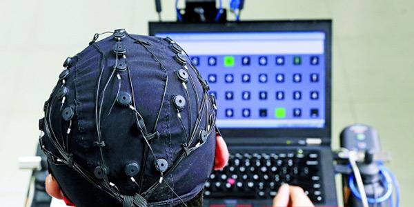 """新型脑控轮椅 """"想""""去哪就去哪"""
