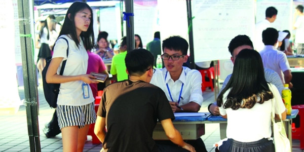东莞大四男生放弃8000元月薪回校创业 招聘会上招同学