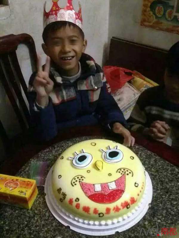 10岁被害男童此前过生日的可爱照片