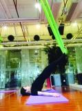 城会玩!明星玩空中瑜伽美呆了!你也可以飞起呀!