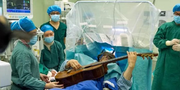 深圳57岁音乐家一边躺着做手术 一边用手指弹吉他