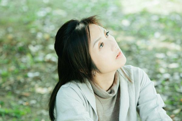 本片女主角杨千嬅在最近两年佳作频出,去年凭借《可爱的你》赢得两地