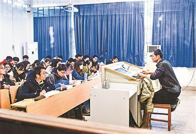 记者采访了解到,武汉大学外国语学院讲师余功茂因慢性双肾衰竭,每周
