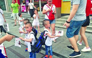 5岁三胞胎兄弟街头寻母 下落已有眉目