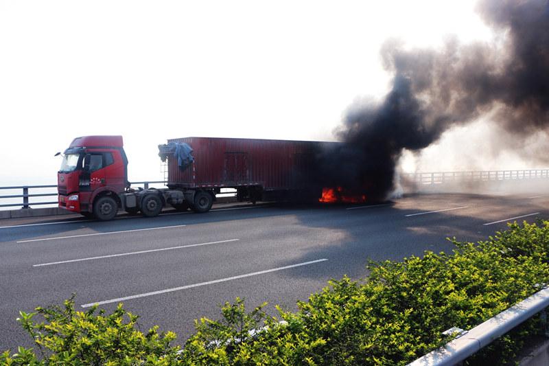 深圳沿江高速西乡路段一货柜车突然着火,幸无人员伤亡
