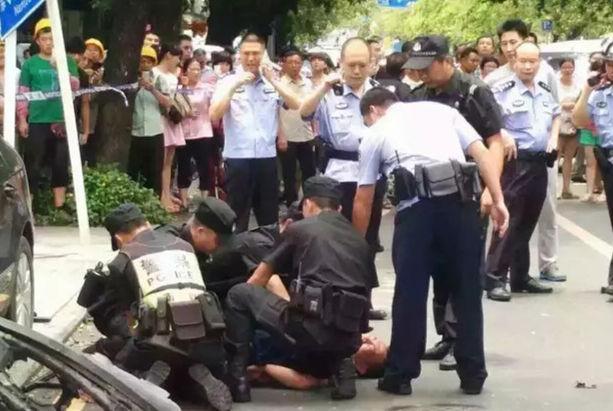 警方通报:深圳南山一吸毒男持刀抢小孩、劫车被制服!