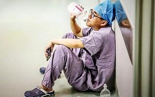"""来论  对""""医生手术室外喝葡萄糖""""不能止于感动"""