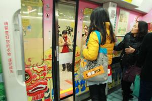 """广州高考生凭准考证搭地铁可优先通行 获""""爱心文具""""服务"""