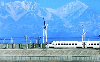 坐着高铁去旅行:大美新疆,沿着铁轨打开