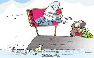 化州良光镇镇政府向水库旁倒垃圾数年