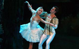 """英国皇家芭蕾舞团在穗献演 带来了""""冰上芭蕾"""""""