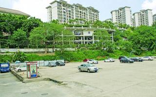 天河一小区建好近20年 规划配套的幼儿园用地成停车场