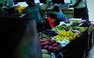 惠州一水果店内孕妇打掩护,年约6岁女童6秒钟偷走2300元