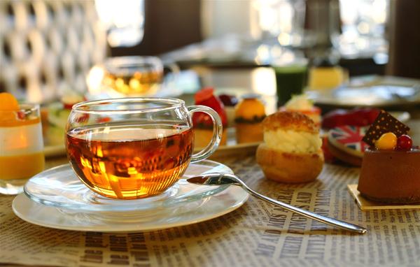 此款下午茶采取了传统英式下午茶的三层摆放模式,并按照传由咸至甜的