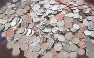 东莞路怒男殴打骑车人 不服被判赔偿 扛一袋硬币作偿金