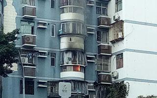 【突发】深圳罗湖一小区住户屋内突发火灾 现场火苗一度蹿出窗外